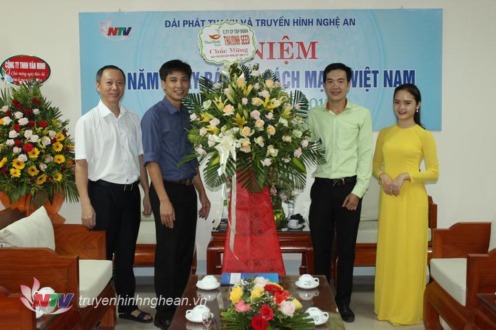 Công ty CP Tập đoàn THAIBINH SEED tặng hoa chúc mừng.