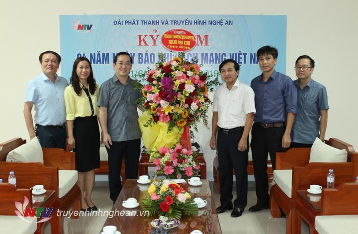 Lãnh đạo TP Vinh tặng hoa chúc mừng.