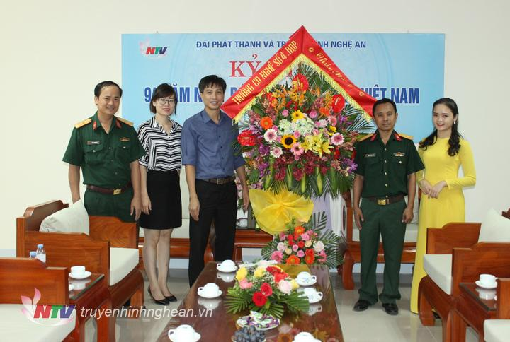Trường CĐ nghề số 4 (Bộ Quốc phòng) tặng hoa chúc mừng.