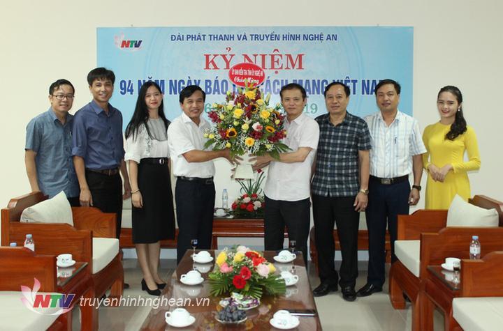 Ủy ban Kiểm tra Tỉnh ủy tặng hoa chúc mừng.