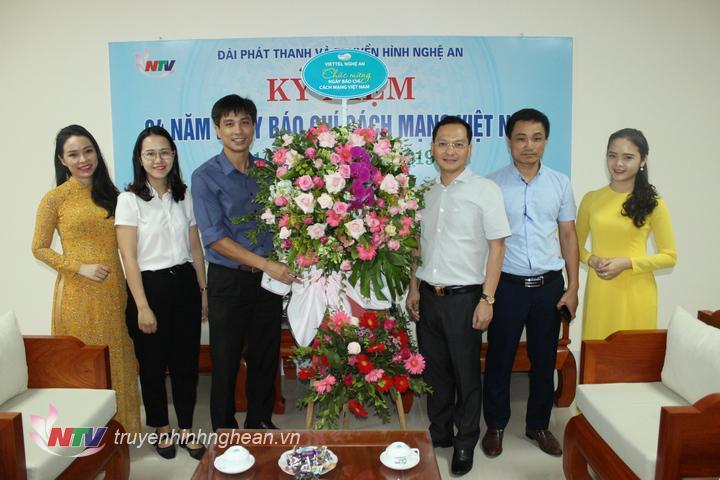 Đại diện Viettel Nghệ An tặng hoa chúc mừng.