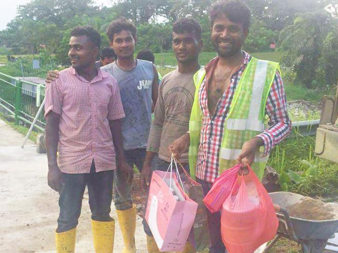 """Công nhân được tặng thức ăn từ các nhóm """"giải cứu thực phẩm"""" ở Singapore"""