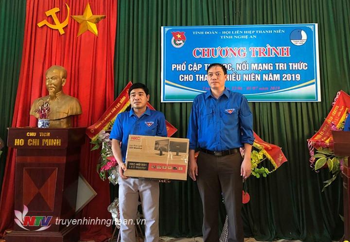 Đại diện BTV Tỉnh đoàn trao tặng