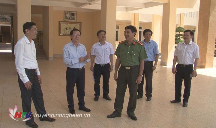 Phó Chủ tịch UBND tỉnh Đinh Viết Hồng cùng đoàn công tác đến kiểm tra tại