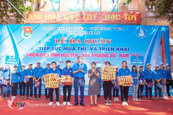 ặng áo phao để tổ chức các lớp học bơi do Huyện đoàn Nghi Lộc tổ chức.
