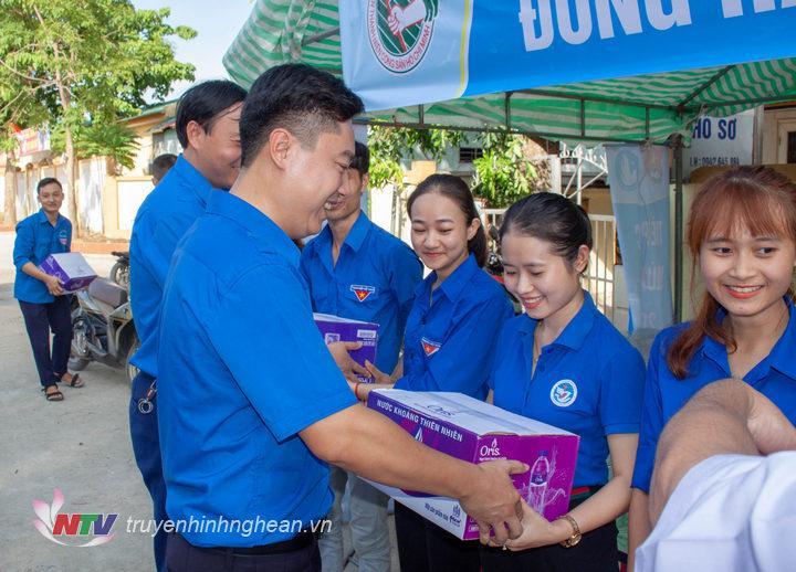 Lãnh đạo Tỉnh đoàn, Hội Sinh viên tỉnh tặng quà cho đội hình tiếp sức mùa thi tại điểm thi Trường THPT Nghi Lộc 4.