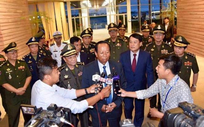 Bộ trưởng Quốc phòng Campuchia Tea Banh trả lời phỏng vấn của phóng viên ở sân bay quốc tế Phnom Penh vào tối 3/6/2019.