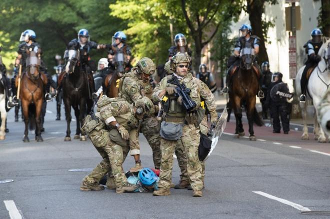 Lực lượng quân cảnh khống chế một người biểu tình tại khu vực gần Nhà Trắng ở Washington, D.C. hôm 1/6. Ảnh: AFP.