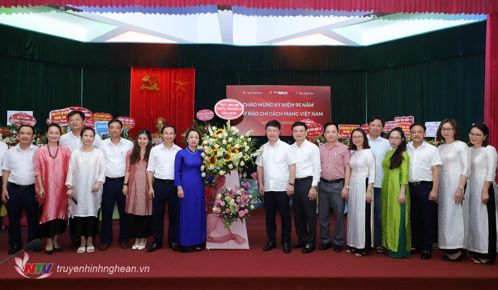 Chủ tịch UBND tỉnh Nguyễn Đức Trung tặng hoa chúc mừng Báo Nghệ An nhân ngày Báo chí Cách mạng Việt Nam.