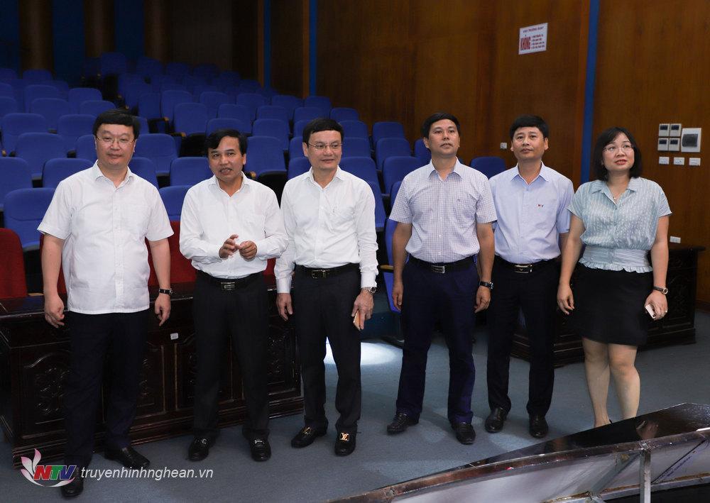 Chúc tịch UBND tỉnh Nguyễn Đức Trung tham quan trường quay S1 của Đài.
