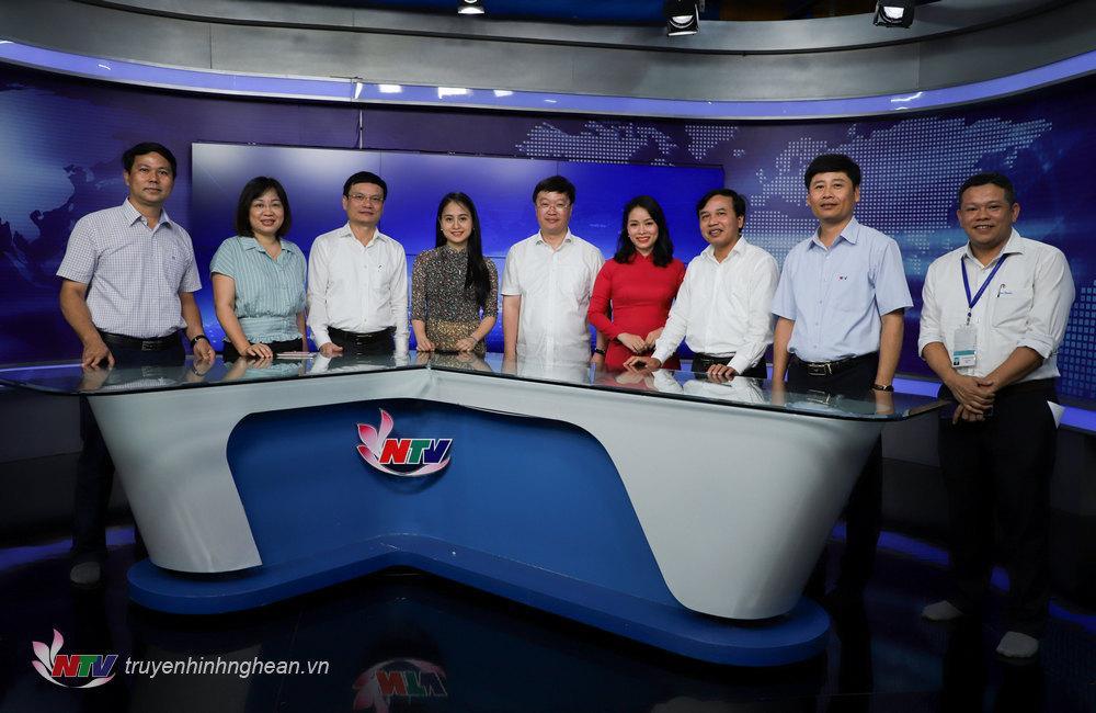 Chủ tịch UBND tỉnh Nguyễn Đức Trung chụp ảnh lưu niệm tại Studio Minh Hồng (trường quay chương trình thời sự) của Đài.