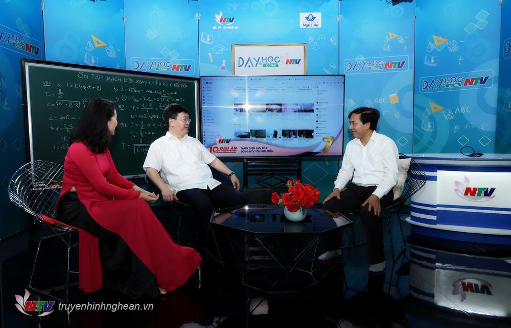 Chủ tịch UBND tỉnh Nguyễn Đức Trung tham quan Studio đa năng của Đài.