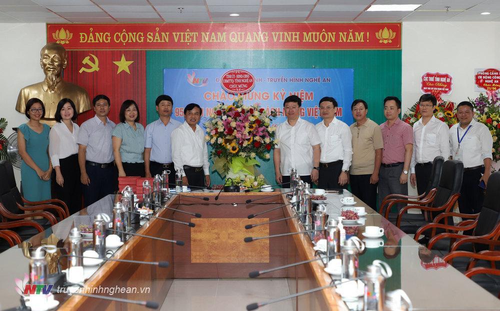 Chủ tịch UBND tỉnh Nguyễn Đức Trung tặng hoa chúc mừng Đài PT-TH Nghệ An nhân ngày truyền thống.