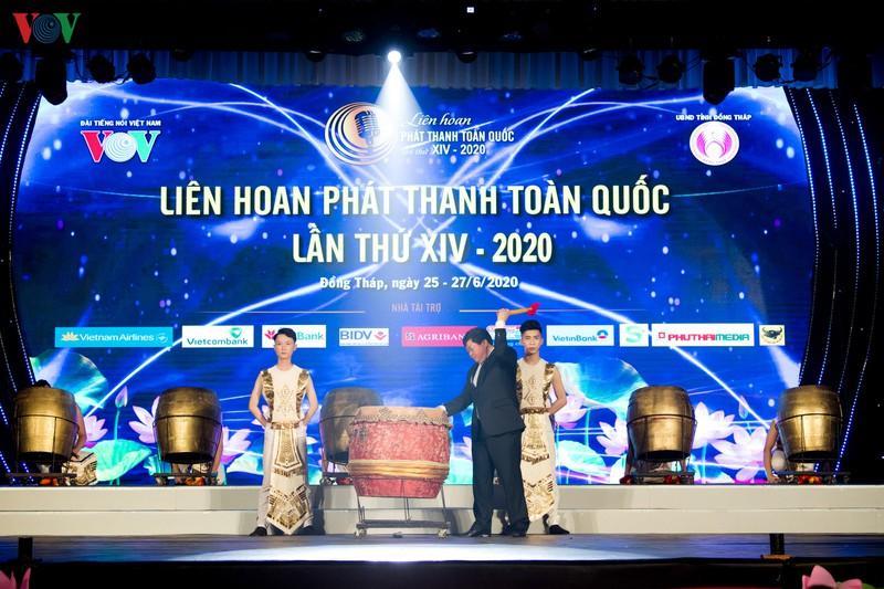 Tổng Giám đốc Đài TNVN Nguyễn Thế Kỷ thực hiện nghi thức nổi trống chính thức khai mạc LHPT toàn quốc lần thứ XIV.
