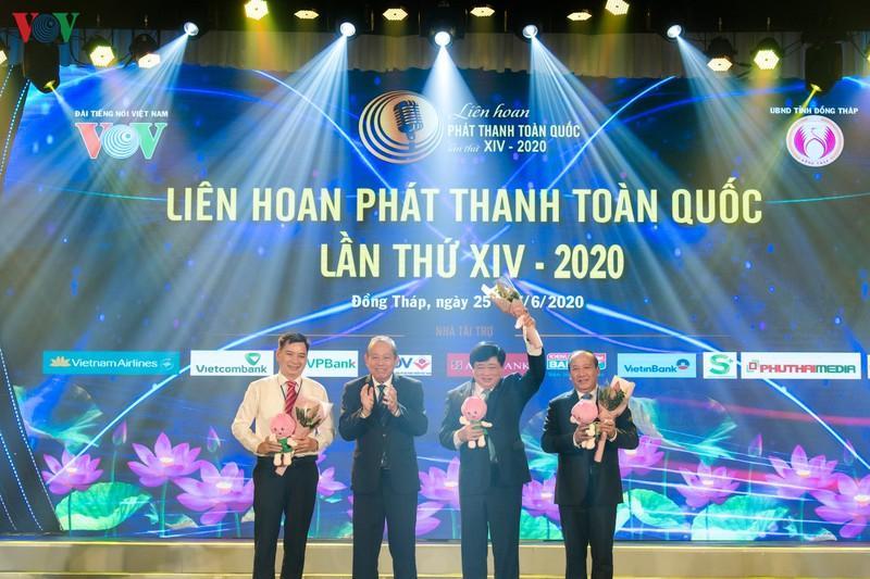 Phó Thủ tướng thường trực Chính phủ Trương Hòa Bình tặng hoa các thành viên Hội đồng Chung khảo LHPT toàn quốc lần thứ XIV.