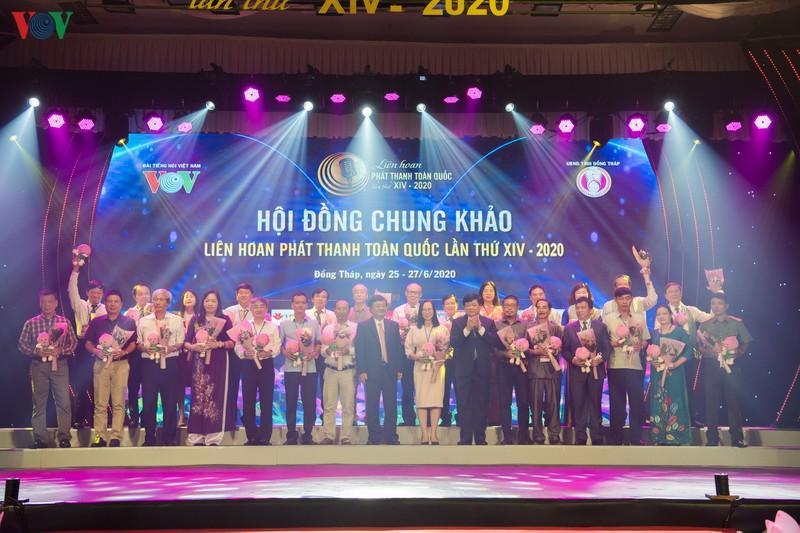 Tổng Giám đốc Đài TNVN Nguyễn Thế Kỷ và Bí thư Tỉnh ủy Đồng Tháp Lê Minh Hoan tặng hoa các thành viên Ban Giám khảo LHPT toàn quốc.
