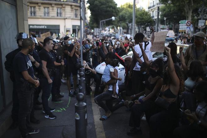 Phong trào xuống đường phản đối nạn phân biệt chủng tộc cũng lan tới nhiều quốc gia khác trên thế giới. Ảnh: AP.