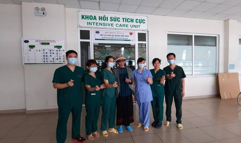 Bệnh nhân số 19 (đứng giữa) chụp ảnh kỷ niệm cùng các y bác sĩ khoa Hồi sức tích cực trước khi trở về.
