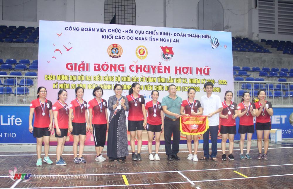 BTC cùng nhà tài trợ trao giải Nhì cho đội bóng của Chi nhánh Ngân hàng phát triển tỉnh Nghệ An.