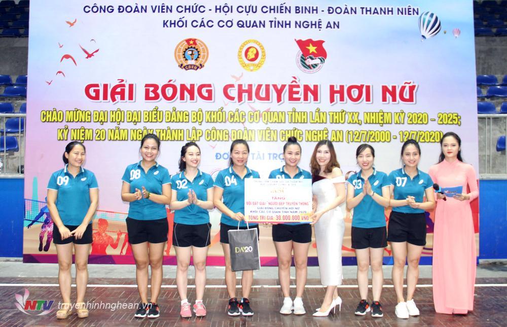 Đội bóng Đài PT-TH Nghệ An nhận giải Người đẹp truyền thông từ BTC và nhà tài trợ.