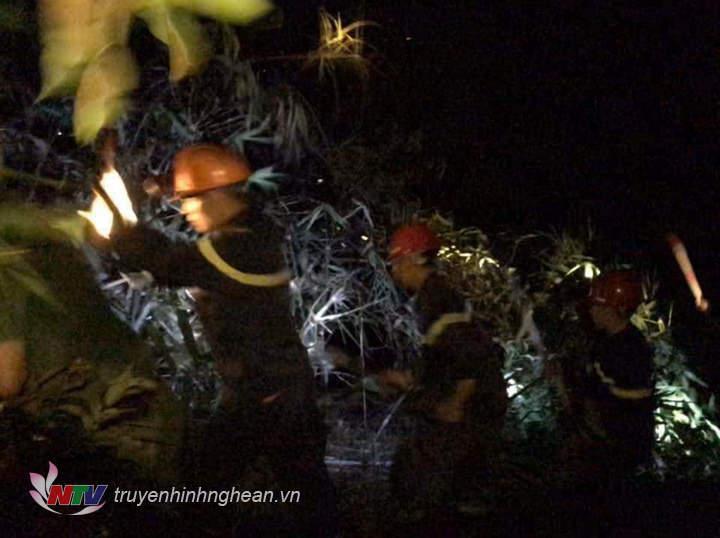 Lực lượng chức năng cùng người dân nỗ lực dập lửa.
