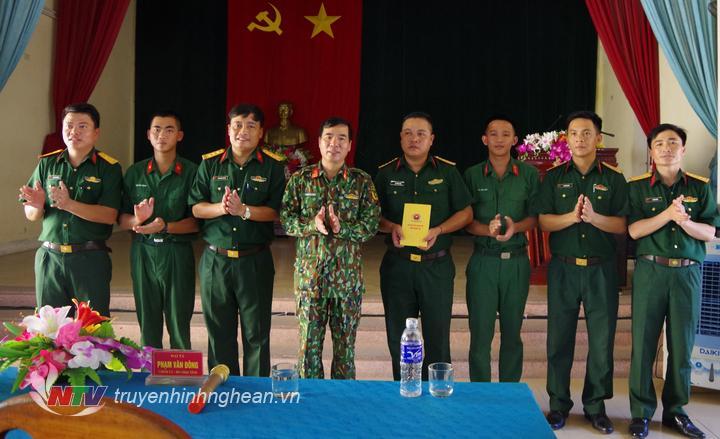Lãnh đạo Bộ Chỉ huy quân sự tỉnh tặng quà động viên chiến sỹ tham gia nhiệm vụ chữa cháy rừng.