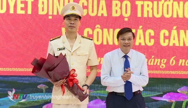 Lãnh đạo tỉnh tặng hoa chúc mừng Đại tá Cao Minh Huyền trên cương vị mới.