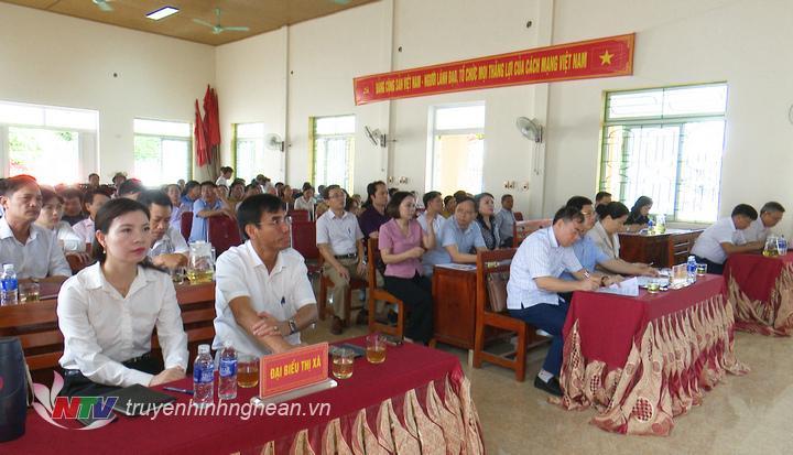 Các đại biểu dự buổi tiếp xúc cử tri.