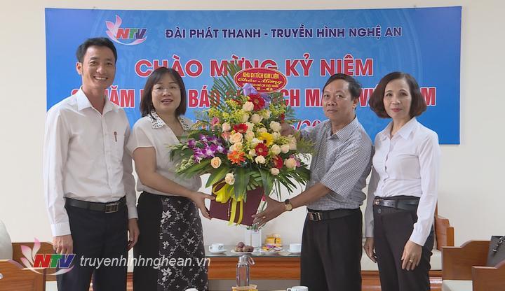 Đại diện Khu di tích Kim Liên tặng hoa chúc mừng.