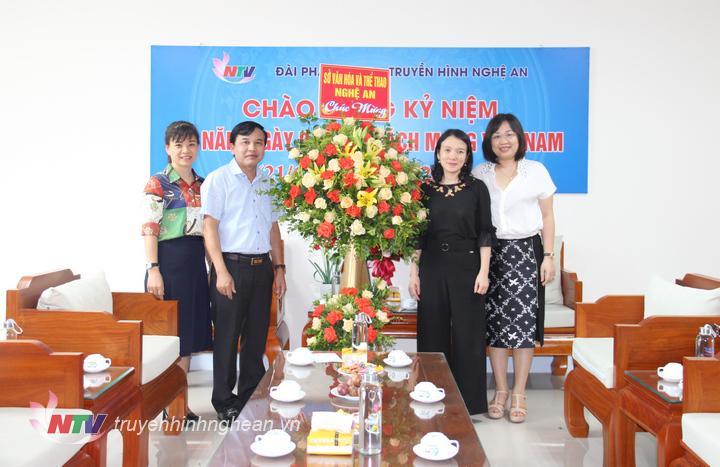 Sở Văn hóa - Thể thao tặng hoa chúc mừng.