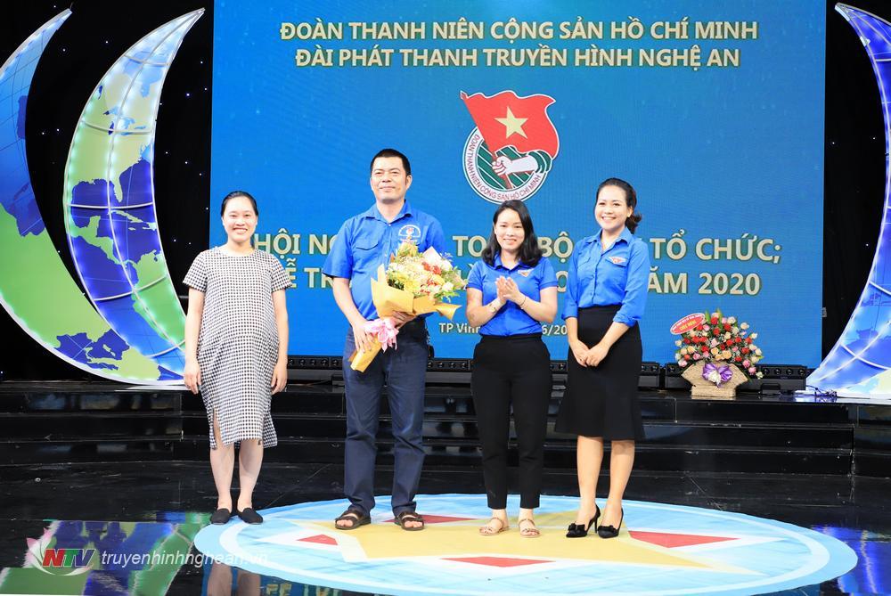 Tặng hoa BCH Đoàn nhiệm kỳ 2018 - 2020.