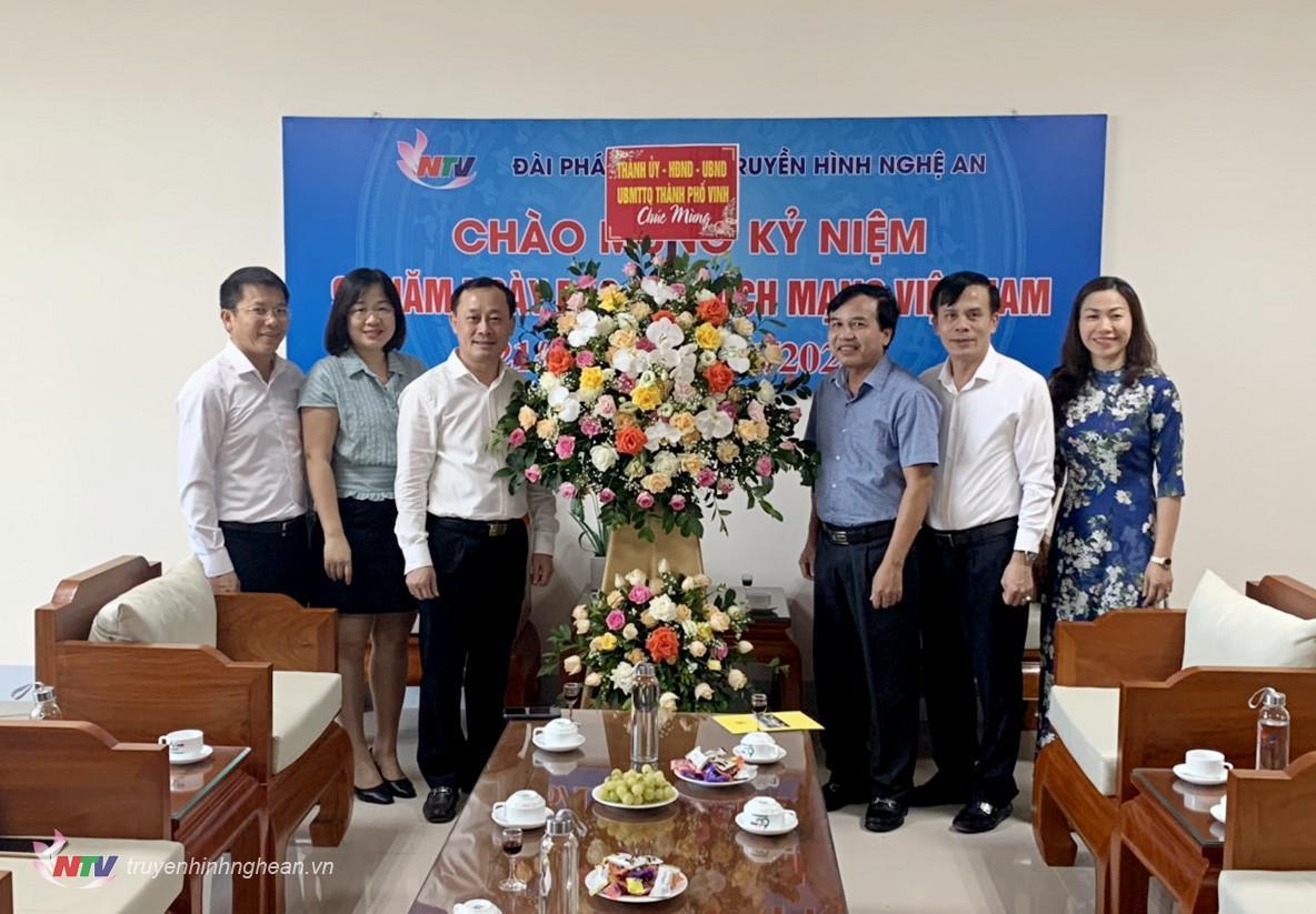Huyện ủy - HĐND - UBND - UBMTTQ TP Vinh tặng hoa chúc mừng Đài PTTH Nghệ An.