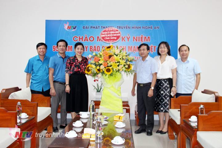 Lãnh đạo huyện Nam Đàn tặng hoa chúc mừng.