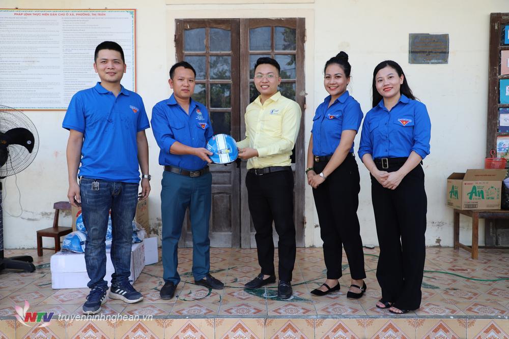 Tặng mũ bảo hiểm cho Đoàn thanh niên xóm 7, xã Quỳnh Thanh, huyện Quỳnh Lưu.