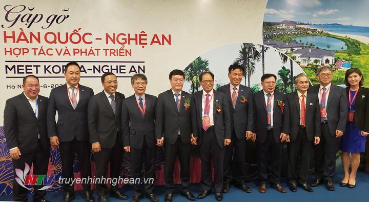 Các đại biểu chụp ảnh lưu niệm tại hội nghị.