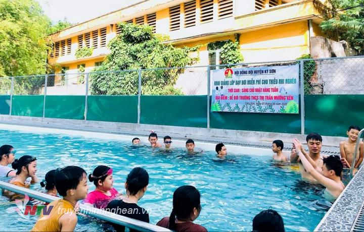 Lớp dạy bơi miễn phí cho trẻ em nghèo đầu tiên ở huyện Kỳ Sơn.