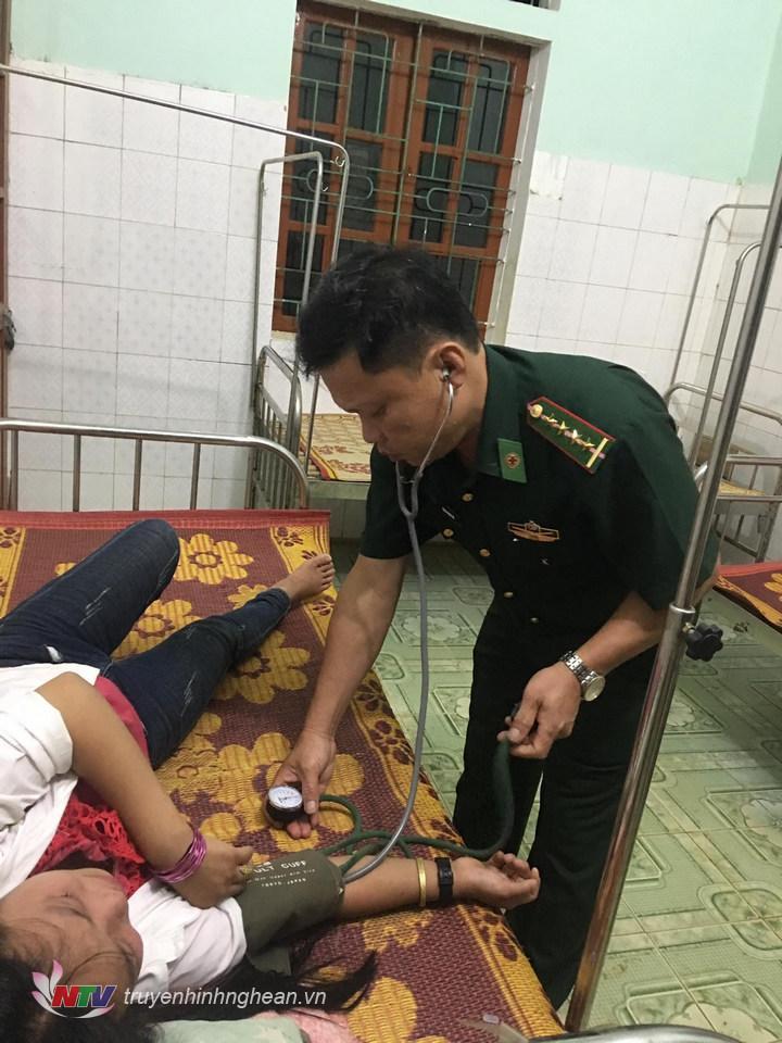 Quân y Đồn BP Tri Lễ (BĐBP Nghệ An) đang cứu chữa nạn nhân ăn lá ngón tự tử