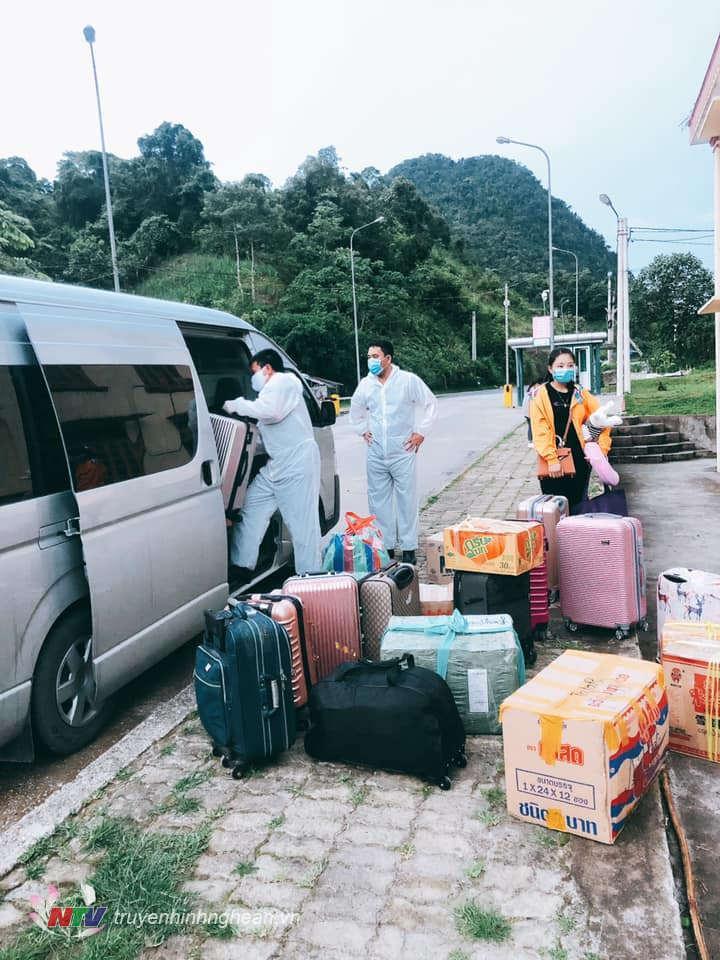 Tổ chức đưa các lưu học sinh Lào nhập cảnh qua cửa khẩu về các khu cách ly phòng chống dịch tập trung theo quy định
