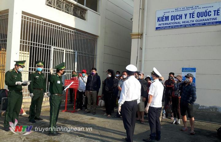 Các lực lượng thực hiện nhiệm vụ tại cửa khẩu Quốc tế Nậm Cắn tiếp nhận các lưu học sinh Lào nhập cảnh qua cửa khẩu