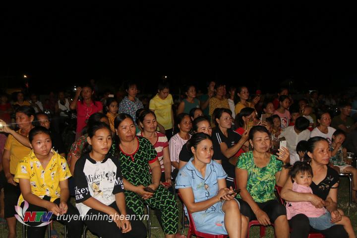 Đông đảo người dân theo dõi chương trình.