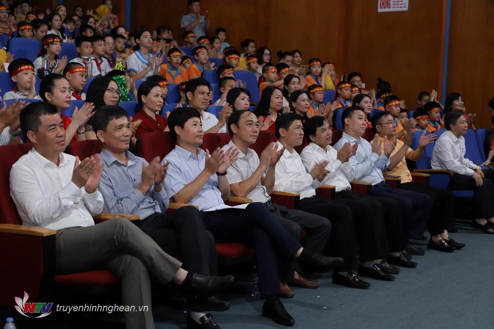 Các đại biểu dự vòng chung kết năm tại điểm cầu trường quay S1, Đài PTTH Nghệ An.