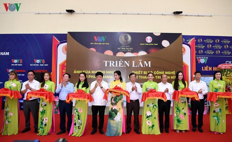 Lãnh đạo Đài TNVN và lãnh đạo tỉnh Đồng Tháp cắt băng khai mạc 2 Triển lãm trong khuôn khổ LHPT toàn quốc lần thứ XIV.