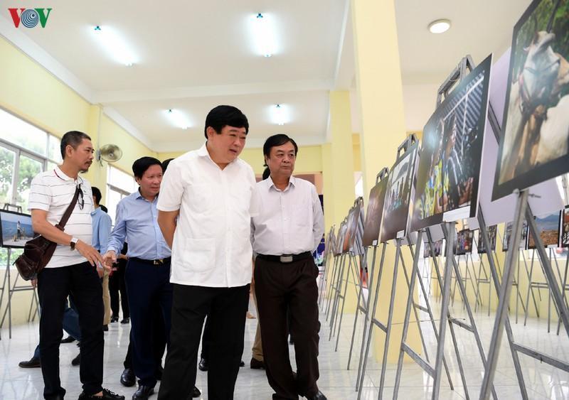 """Lãnh đạo Đài TNVN và lãnh đạo tỉnh Đồng Tháp tham quan Triển lãm """"Ảnh của những người làm phát thanh""""."""
