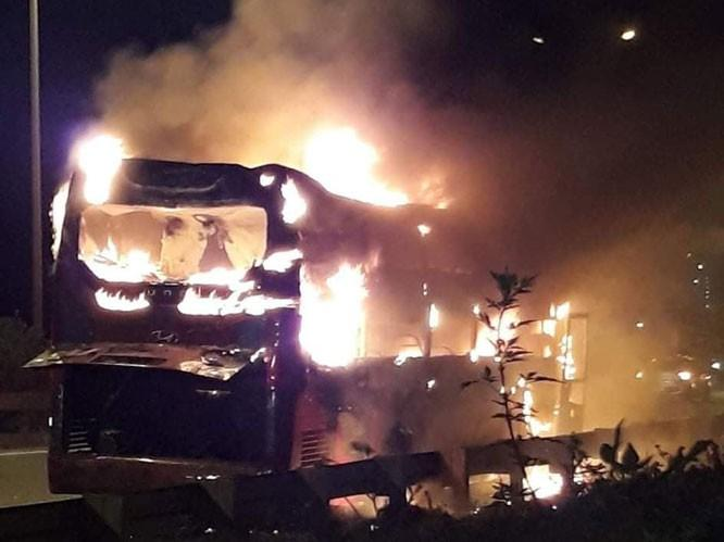 Hiện trường vụ xe khách 45 chỗ bốc cháy trên đường Vành đai 3 tối 20/6.