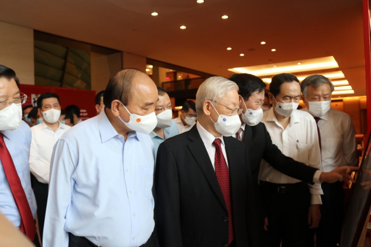 Tổng Bí thư Nguyễn Phú Trọng và các lãnh đạo Đảng, Nhà nước tham quan triển lãm gương điển hình tiên tiến trong việc thực hiện Chỉ thị 05
