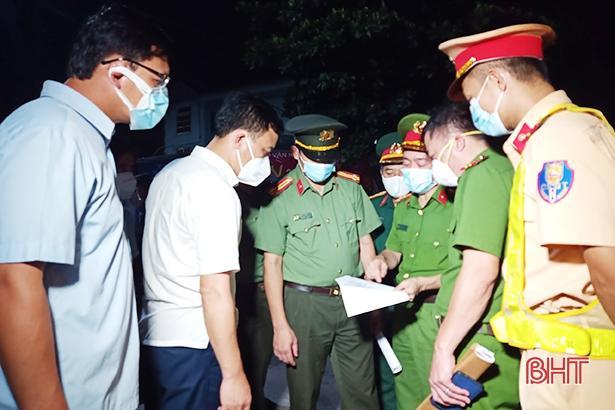 Lãnh đạo huyện Thạch Hà và lực lượng công an, quân sự triển khai kế hoạch lập chốt kiểm soát ở Tân Lâm Hương ngay trong đêm 8/6.