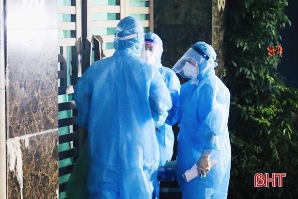Cán bộ y tế tiến hành lấy mẫu xét nghiệm với 715 hộ dân vùng phong tỏa ở thôn Trung Hòa.