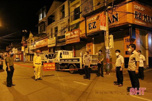 Lãnh đạo Sở Y tế cùng TP Hà Tĩnh chỉ đạo công tác lập chốt phong tỏa.