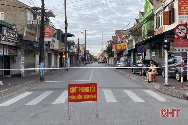 Lực lượng chức năng phong tỏa khu vực sinh sống của bệnh nhân tại phường Bắc Hà.