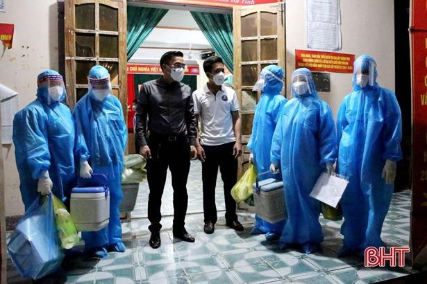 Lãnh đạo Sở Y tế chỉ đạo công tác lấy mẫu.